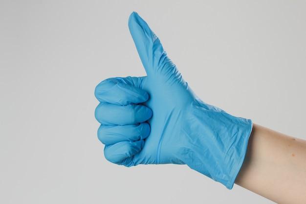Dient medische latexhandschoenen in. handen vormen een hartvorm. Premium Foto