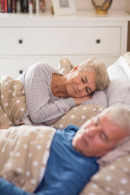 Diep dromen in de gezellige slaapkamer Gratis Foto