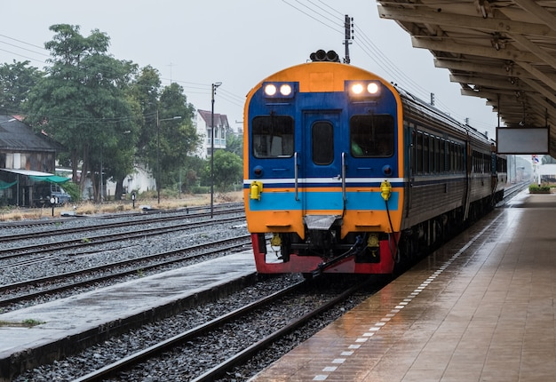 Diesel meerdere eenheden van de speciale sneltrein is aankomst. Premium Foto