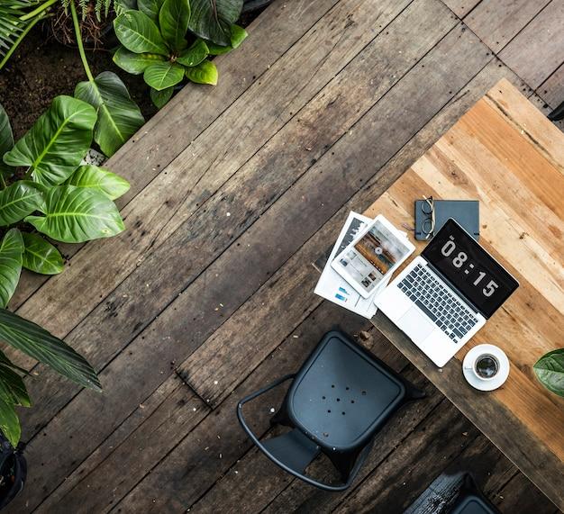 Digitale laptop die globaal bedrijfsconcept werken Gratis Foto