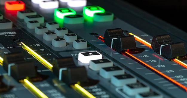 Digitale mixer in een opnamestudio, close-up Gratis Foto