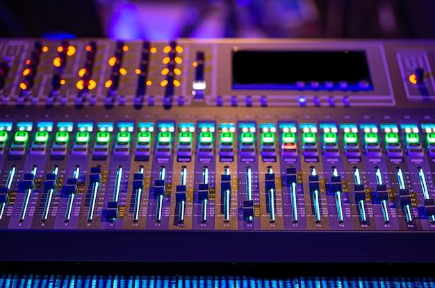 Digitale mixer in een opnamestudio. werk met geluid. concept van creativiteit en showbusiness. Gratis Foto