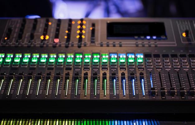 Digitale mixer in een opnamestudio. werk met geluid. Gratis Foto