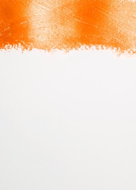 Dikke lijn van oranje verf en witte achtergrond Gratis Foto