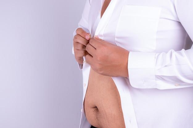 Dikke man kan zijn shirt niet dragen Premium Foto