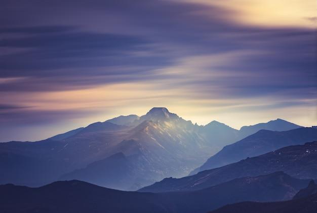 Dikke rookwolken die de toppen van de rocky mountains in colorado bedekken Premium Foto