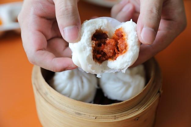 Dim sum op houten mandje, chinees eten Premium Foto