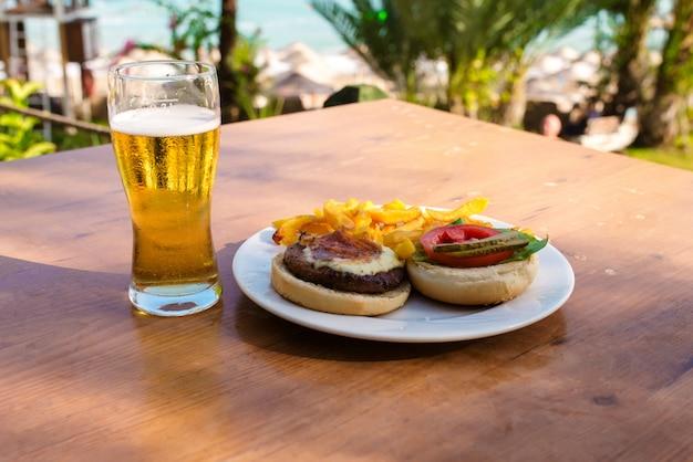 Diner op tafel aan zee. Premium Foto