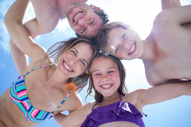 Direct onder schot van gelukkige familie ineengedoken Premium Foto