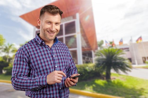 Directeur die op zijn celtelefoon texting Premium Foto