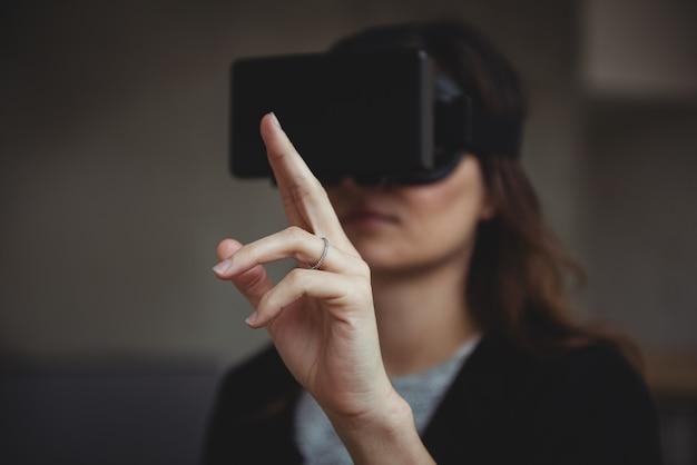 Directeur met behulp van virtual reality headset Gratis Foto