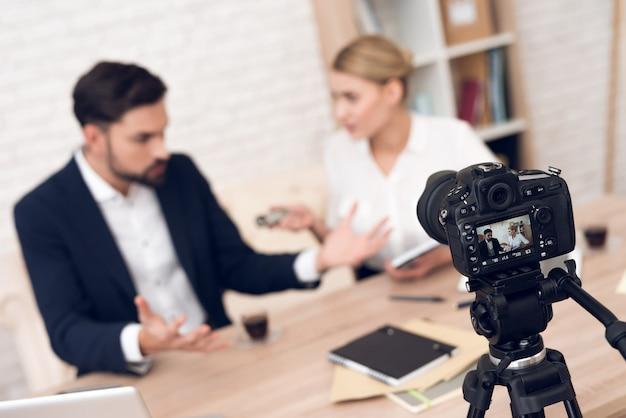 Discussie tussen zakenman en zakenvrouw. Premium Foto