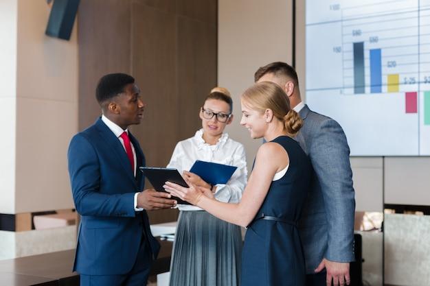 Discussiegroep voor zakelijke groepsbijeenkomsten Premium Foto