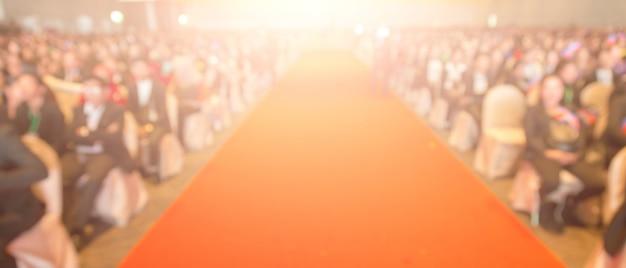 Disfocus van de rode loper in het creatieve thema van de prijsuitreiking. achtergrond voor succes bedrijfsconcept Premium Foto