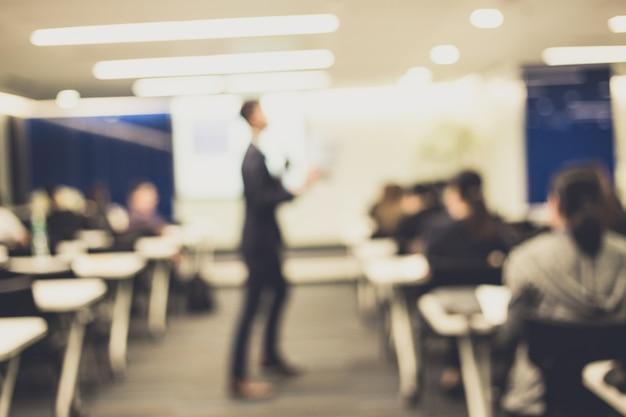 Disfocus van de spreker die op zakelijke zakelijke conferentie praat. Premium Foto
