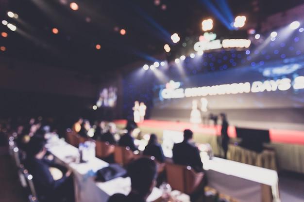 Disfocus van de spreker op het podium en het houden van praten tijdens een zakelijke bijeenkomst. Premium Foto