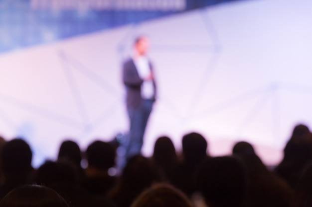 Disfocus van de spreker praten over zakelijke conferentie. Premium Foto