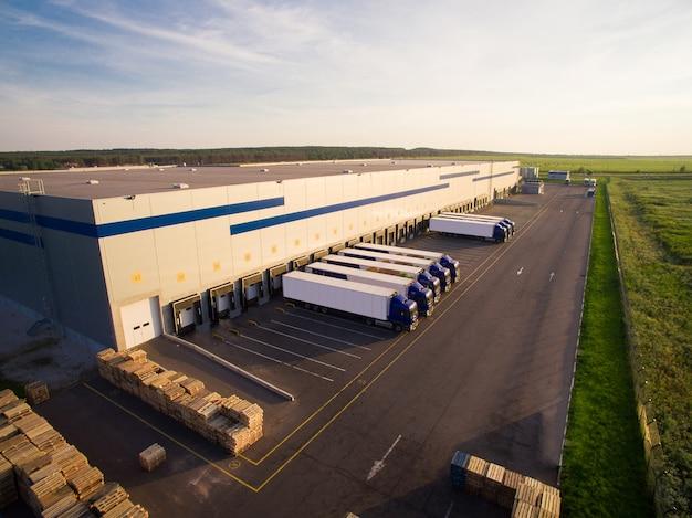 Distributie magazijn met vrachtwagens van verschillende capaciteit Premium Foto