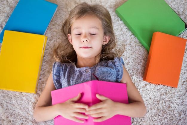 Dit meisje is een echte boekenwurm Gratis Foto