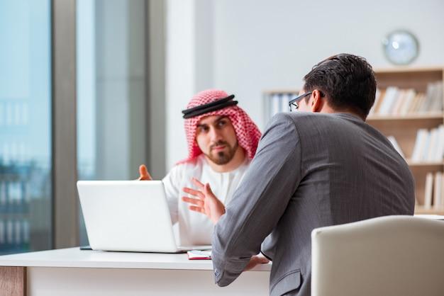 Divers bedrijfsconcept met arabische zakenman Premium Foto