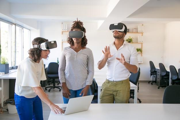 Divers team van drie kijkende virtuele presentatie Gratis Foto