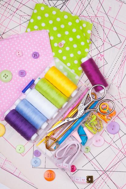 Diverse accessoires voor het naaien van handwerken Premium Foto