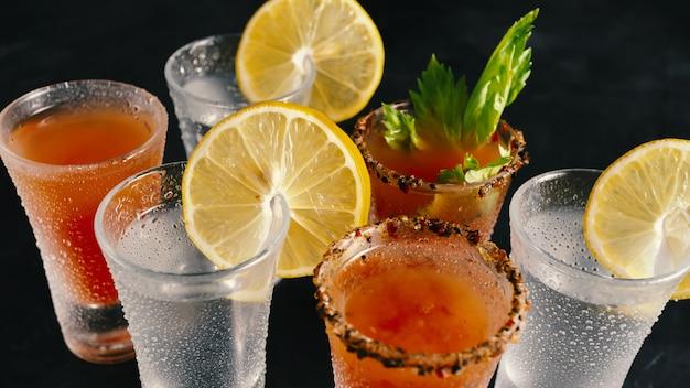 Diverse alcoholische cocktails in een nachtclub. Premium Foto