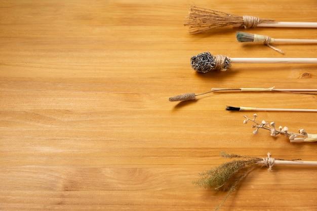 Diverse alternatieve verfborstels op houten achtergrond Premium Foto