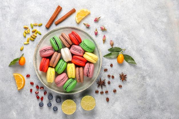 Diverse bitterkoekjes met pistachenoten, fruit, bessen, koffiebonen. Gratis Foto