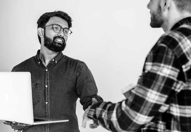 Diverse collega mannen handen schudden samen Gratis Foto