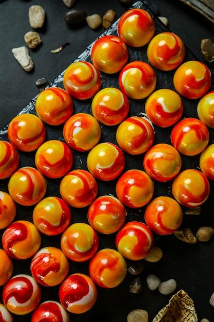 Diverse dessertballen die met jam zijaanzicht worden bedekt Gratis Foto
