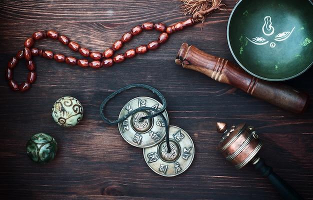 Diverse etnische voorwerpen voor meditatie en ontspanning Premium Foto