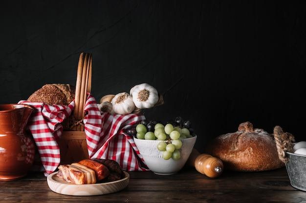 Diverse gerechten en mand op tafel Gratis Foto
