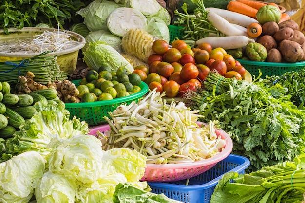 Diverse groenten en fruit op de markt in vietnam Premium Foto