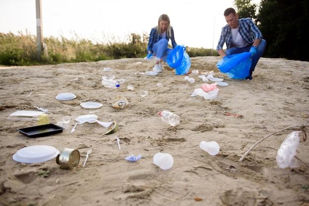 Diverse groep mensen die afval oppakken in the park volunteer community service. Premium Foto