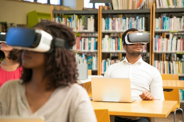 Diverse groep studenten kijken naar virtuele video tutorial Gratis Foto