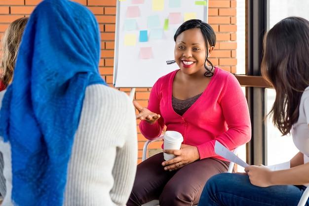 Diverse groep vrouwen in kleurrijke kleding op de vergadering Premium Foto