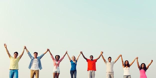 Diverse jonge mensen hand in hand Premium Foto