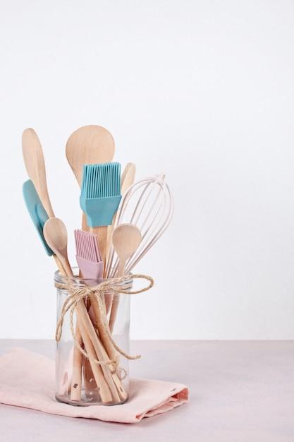 Diverse keukenbenodigdheden. recept kookboek, kooklessen concept Premium Foto