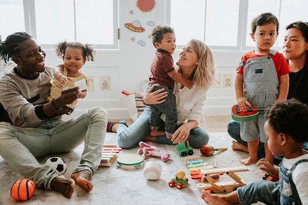 Diverse kinderen die genieten van speel met speelgoed Premium Foto