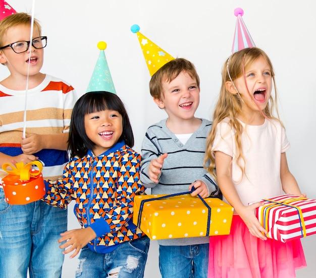 Diverse kinderen genieten van een verjaardagsfeestje Premium Foto