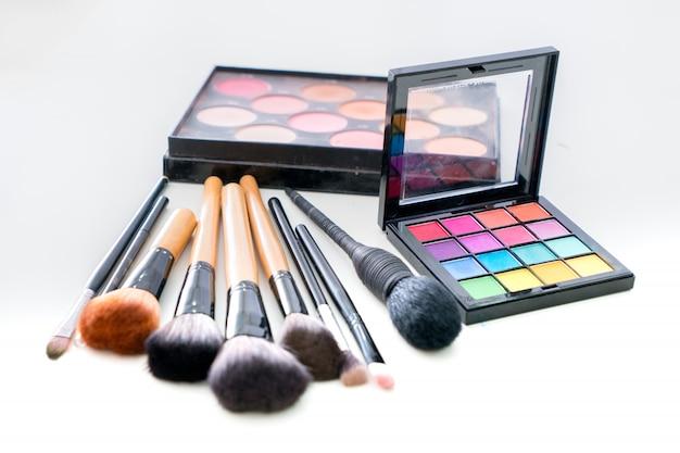 Diverse make-up borstel met make-up producten Premium Foto
