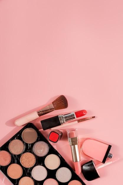 Diverse make-up producten met copyspace Premium Foto
