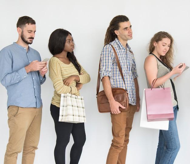 Diverse mensen die in lijnstudio een rij vormen Premium Foto