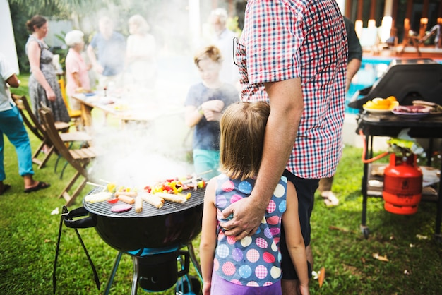 Diverse mensen genieten van barbecue-feest samen Premium Foto