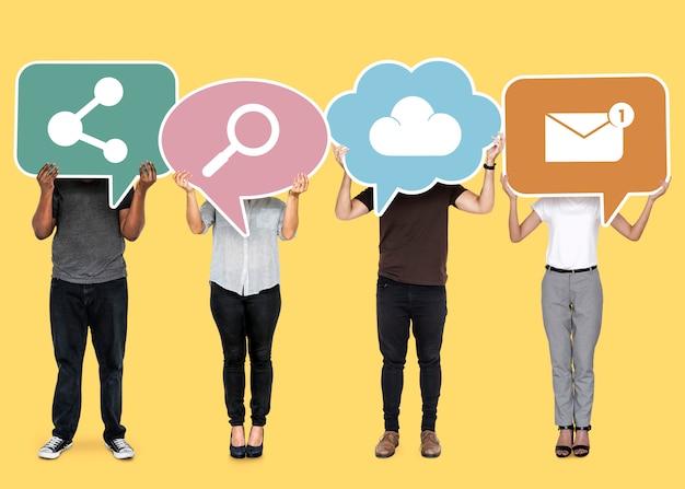 Diverse mensen houden cloud netwerksymbolen Gratis Foto