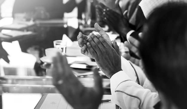Diverse mensen klappen handen conferentie Premium Foto