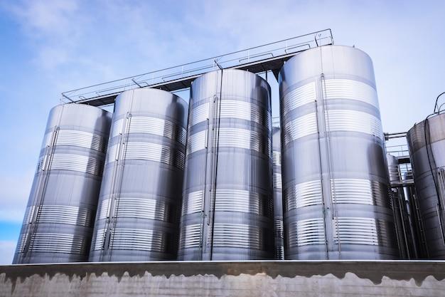 Diverse silo's en verticale metalen foodtanks voor de voedingsindustrie Premium Foto