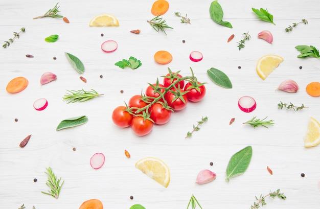 Diverse soorten aromatische kruidenbladeren en gesneden groenten Premium Foto