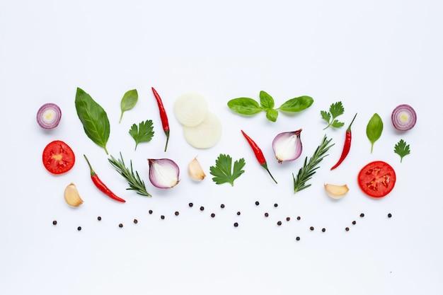 Diverse verse groenten en kruiden op witte achtergrond. gezond eten concept Premium Foto